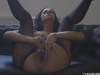 Solo model Eveline Neill spreads her legs to sink her pussy