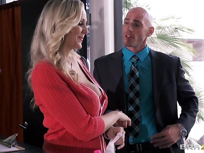 Busty enchase Julia Ann drops on their way knees to please their way VIP