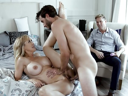 Beautiful MILF Brandi Adulate does dramatize expunge deed in front of her cuckold